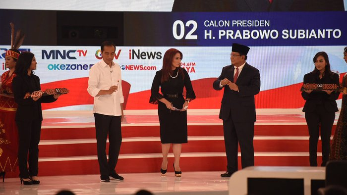 Jokowi Menggunakan Balenciaga Saat Debat Capres Putaran Kedua